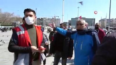 cekim -  Taksim Meydan'da seyyar satıcılardan gazeteciye darp kamerada