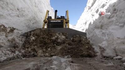 -Yüksekova'da 8 metrelik kar tünelleri -8 metreyi aşan karda yapılan çalışma sonucu açılan yollar tünelleri andırıyor