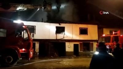 Ahşap ev yanarak kül oldu