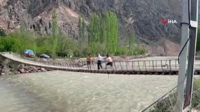 Asma köprüden Çoruh nehrine tehlikeli atlayış