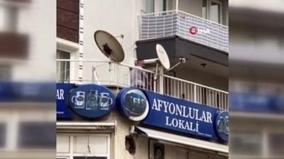 İzmir'de alkollü şahıs tartıştığı esnafa balkondan eşya fırlattı...Balta ve sandalyelerin havada uçuştuğu anlar kamerada