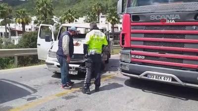 Kamyonet ile minibüs kafa kafaya çarpıştı: 1 yaralı