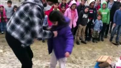 uttu -  Metrelerce karların arasından geçip, yıllardır çocuklara yardım götürüyor