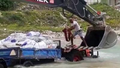 Savrun Çayı'nda traktör ile mahsur kalan adam kepçeyle kurtarıldı