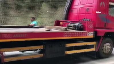 Zift dolu tanker devrildi, yol ulaşıma kapandı