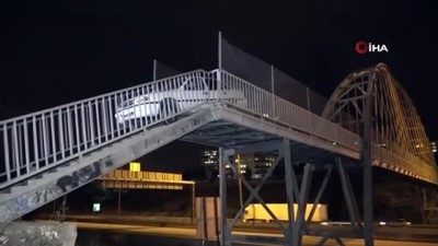 ust gecit -  Adana'da bir garip olay...Yaya köprüsünden geçmeye çalışan otomobil, köprü korkuluklarına sıkıştı