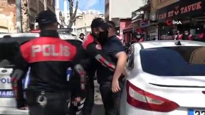 Dolapdere'de polis denetimi: Maske takmayan çok sayıda kişiye ceza kesildi