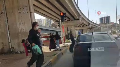 Kırmızı ışıkta tekme tokat birbirlerine girdiler...Küçük çocukların dehşetle izlediği kavga kamerada