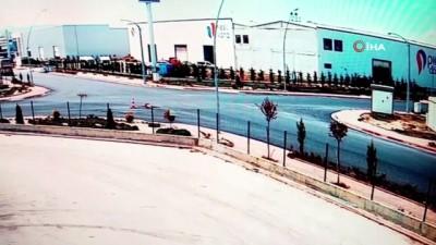 Konya'da kavşakta çarpışan kamyonet ve minibüsün devrilme anı kamerada