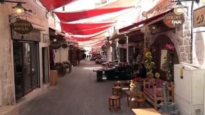 Mardin'de marangozlar, tanınmış kişilerin resimlerini dükkan kapılarına çiziyor