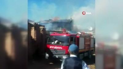 Söndürüldü sanılan yangın yeniden alevlendi...Ev, ahır ve samanlık kullanılamaz hale geldi