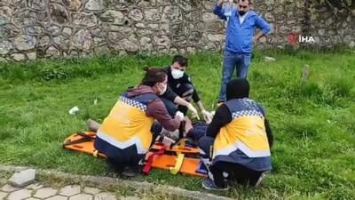 Sürücüsünün direksiyon hakimiyetini kaybeden minibüs parka uçtu: 4 yaralı