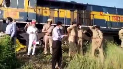- Hindistan'da yolcu treni kamyona çarptı: en az 5 ölü