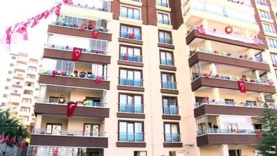 15 katlı apartmanı süsleyip 23 Nisan'ı kutladılar