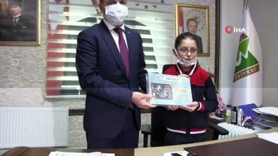 23 Nisan'da başkan koltuğuna oturdu, okulun eksiklerini tamamladı