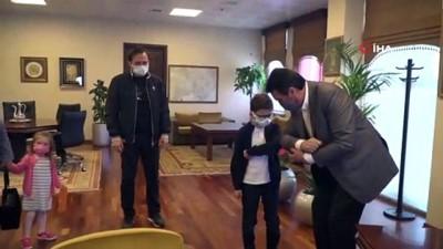 Başkan Dündar, koltuğu çocuklara devretti
