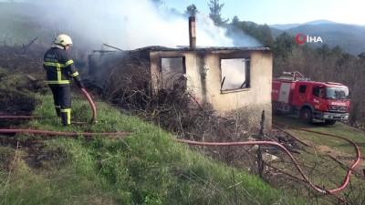 Bolu'da otlarda başlayan yangın atıl haldeki okulu küle döndürdü