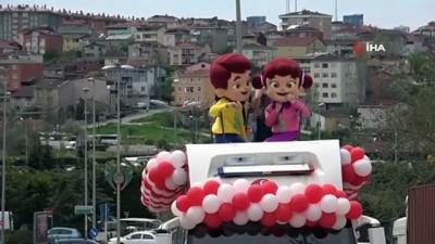 Çekmeköy'de çocuklar, belediye başkanı ve kaymakamı temsilen vatandaşları selamladı