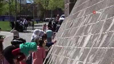 Diyarbakır'da tarihi caminin dokusuna zarar verildi