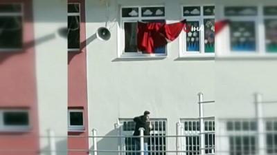 Katlanan bayrağı düzeltmek içi kedilerini tehlikeye attılar