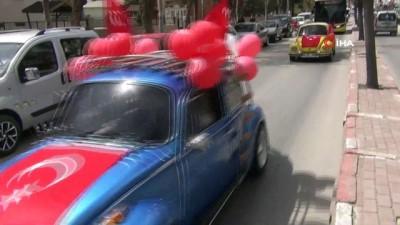 Klasik otomobil tutkunları 23 Nisan için bir araya gelip, çocukları sevindirdi