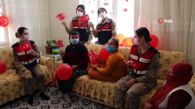 kullar -  Mehmetçik'ten köy çocuklarına bayram süprizi