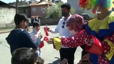 Sokak sokak gezip hediye dağıttılar