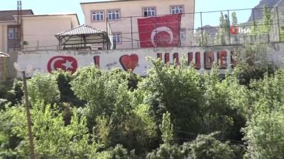 Vatandaşlar 23 Nisan kutlamalarına balkon ve pencerelerinden eşlik etti
