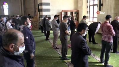 Vatandaşlar Cuma namazlarını evlerine en yakın camide eda etti