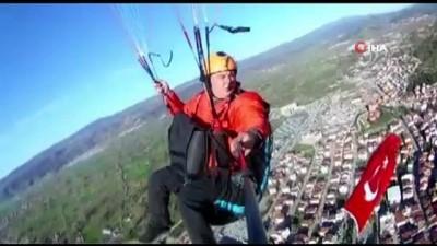 saglik calisanlari -  Yamaç paraşütü pilotundan havada 23 Nisan kutlaması