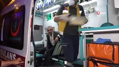 Engelli kardeşini bıçaklayıp başında sigara içti