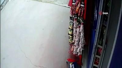 Pendik'te 'cips hırsızı' karga, iş yeri sahibine yakalandı...O anlar kamerada