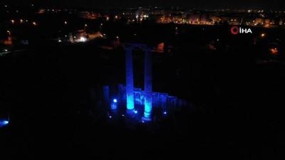 yabanci turist -  Apollon Tapınağı'nda otizm farkındalığına 'mavi' destek