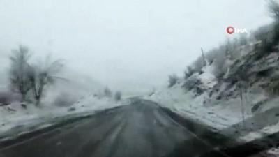 Baharı bekleyen Şırnak'ta kar yağışı etkili oluyor