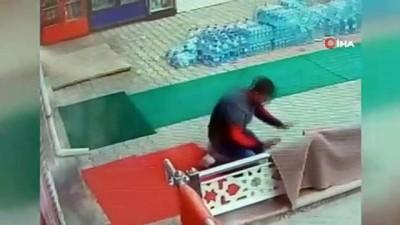 market -  Başkent'te market işletmecisine elektrik çarpma anı güvenlik kamerasına yansıdı