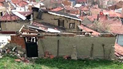 Belediyenin yıkmadığı metruk binanın çatısı otomobilin üzerine uçtu