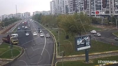 dikkatsiz surucu -  Diyarbakır ve Batman'daki trafik kazaları kameralara yansıdı