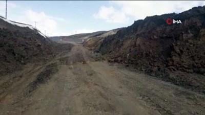 Erzurum-Tekman karayolunda yaşanan heyelan ulaşımı aksatıyor