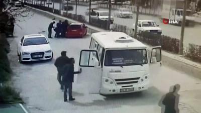 Kadın sürücünün kullandığı otomobil bariyeri aşıp seyir halindeki minibüse böyle çarptı: 7 yaralı