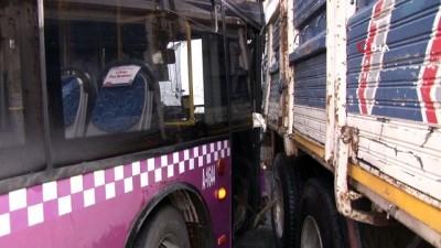 yolcu otobusu -  Küçükçekmece'de otobüs ile kamyon birbirine girdi