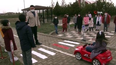 Minik öğrenciler akülü arabalar ile uygulamalı trafik eğitimi alıyor