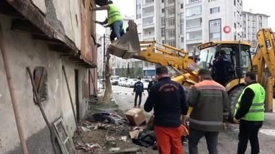 zabita -  Yalnız yaşayan adamın evinden 4 kamyon çöp çıktı