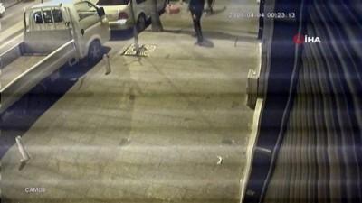 agir yarali -  İstanbul'da dehşet anları: Döner bıçağıyla saldıran genci tabancayla vurduğu anlar kamerada