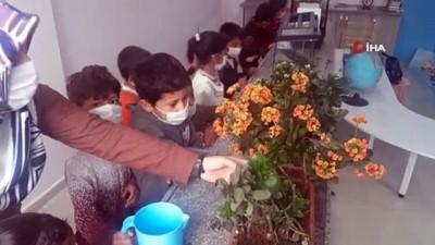 Öğrencileri için hobi bahçesi yaptı
