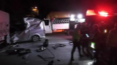 Ereğli'de minibüs tıra arkadan çarptı: 1 ölü
