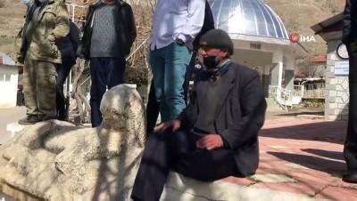 Jandarma tarihi eseri müzeyi götürmek istedi, köylüler üzerine oturarak böyle tepki gösterdi: 'Veremem abi'