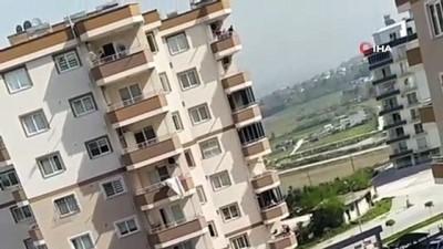 Sinir krizi geçiren adam ev eşyalarını 8'inci kattan aşağı attı