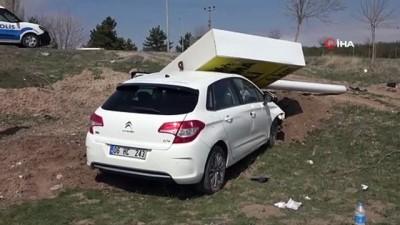 direksiyon -  Çarptığı tabela otomobilin üzerine devrilince yaralandı