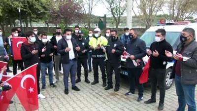 Manisa'da kavga ihbarında bulunan gençler polisleri Türk Bayrağı'yla karşıladı