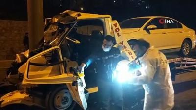 Otomobil taşıyan çekici direğe çarptı sürücü hayatını kaybetti